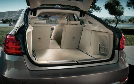 全新BMW3系旅行版9月即将亮相国内   全新宝马3系旅行版预计在今年9月份会引进国内。全新宝马3系旅行版基本保持了三厢版车型的风格。车身尺寸方面,旅行版的长度增加了97mm,达到了4721mm,同时轴距也增加了50mm,达2810mm。另外,新3系旅行版的后备厢载物空间也比三厢版增加了35升,达到495升,将后排坐椅放倒后可扩充到1500升。   新3系旅行版将配备宝马互联驾驶功能,标配App应用程序;同时还可选装运动型套装、全景天窗、带启/停功能的主动巡航控制系统、全景摄像机、Harman K