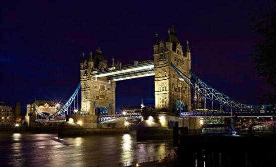 伦敦塔桥是从英国伦敦泰晤士河口算起的第一座桥,也是伦敦的象征,有伦敦正门之称。该桥始建于1886年,1894年6月30日对公众开放,将伦敦南北区连接成整体。此刻,伦敦塔桥在英国和你之间搭起桥梁。新一代MINI置身于伦敦大桥,以纯正英伦范儿展示在大家面前。 而MINI CLUBMAN紧紧相邻的是独具特色的MINI BAR,不要调侃它的夜店男的外号,我们不是有意这样安排的。 现场 不管是英伦的古典浪漫,还是德国的冷静刚毅,不同时代先后加入Mini家族的推手,彷彿遵循了代代相传的传统家训般,让新世代